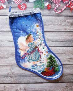 Рождественский носок - традиционный элемент декора для дома. Ручная вышивка бисером.  Нежный милый ангелок не оставит равнодушными ваших гостей.  #новогоднийсувенир #новыйгод2018 #новогоднийдекор #рождественскийносок #вышивкабисером #handmade #christmasdecor #christmas