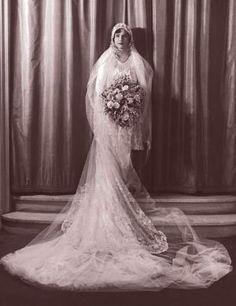 vintage wedding dress 1920s - 1920s wedding via getty-images-20s-bouquet.jpg