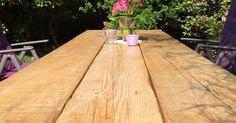 Selbstgebauter Gartentisch aus alten Holzbrettern / DIY Tisch aus alten Gerüstdielen mit Stahlkufen als Füße