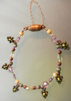 Bunch-of-grapes beaded bracelet with magnetic clasp and guard