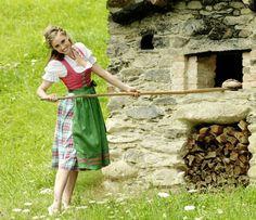 Krüger Madl Dirndl mit pinkfarbenem Mieder aus Baumwoll-Jacquard und Satinschürze. Der großkarierte Rock verleiht dem Dirndl rustikalen Charme.