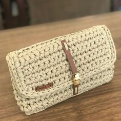 No photo description available. Diy Crochet And Knitting, Basic Crochet Stitches, Crochet Crafts, Crochet Projects, Crochet Clutch, Crochet Handbags, Crochet Purses, Handmade Leather Wallet, Handmade Bags