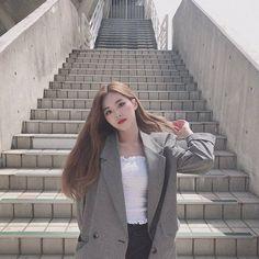 Image may contain: 1 person, standing and outdoor Kpop Girl Groups, Korean Girl Groups, Kpop Girls, Bts Girl, Fandom, Selfie, Ulzzang Girl, Pop Group, South Korean Girls