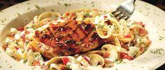 Στήθος κοτόπουλου που επικαλύπτεται με τη μοναδική Jack Daniel's® Sauce. Σερβίρεται πάνω σε fettuccine με μια ελαφριά σως κρέμας με παρμεζάνα, μπέικον, κρεμμύδια, μανιτάρια, ντομάτα και λευκό κρασί.