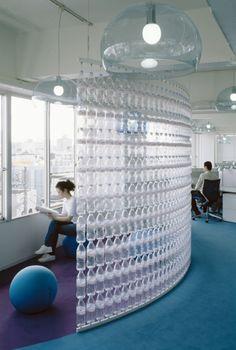 biombos creados a partir de las botellas francesas Evian de Danone para las oficinas de Agua de esta marca, Biombos que van de suelo a techo, donde las botellas...