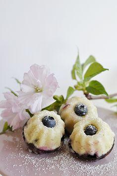 Mini ring cake with blueberries - happiness- Mini-Gugelhupfe mit Blaubeeren – Wunschglück Mini ring cake with blueberries - Mini Desserts, Lemon Desserts, Easy Cake Recipes, Dessert Recipes, Ring Cake, The Best, Bakery, Food And Drink, Cream Cake