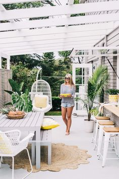 Queensland Beach House Style (Coastal Style) A splash of tropical colour! This Queensland beach house really makes my heart sing. I love the all white palette with the pops of lemon and lime. My favourite feature is the alfresco area with the ex Style At Home, Beach House Style, Beach House Decor, Beach Houses, Summer Houses, Beach Cottages, Outdoor Rooms, Outdoor Dining, Outdoor Gardens