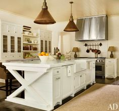 Stylish Kitchen Sinks Rustic Kitchen by Suzanne Kasler Interiors and William T. Baker & Associates Ltd. Farmhouse Sink Kitchen, Rustic Kitchen, New Kitchen, Kitchen Dining, Kitchen Decor, Farmhouse Style, Island Kitchen, Kitchen Sinks, Kitchen White