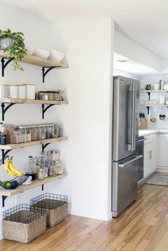 Regale aus Holz, Wandgestaltung Ideen selber machen, verschiedenes Küchenzubehör