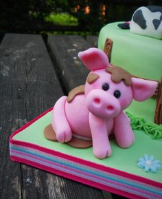 Fondant icing pig by Little Aardvark Cakery (www.littleaardvarkcakery.ie)