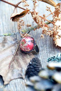 Tiny Terrarium Jewelry Encapsulates Pieces of Nature Into Fantasy-Inspired Arrangements - My Modern Met