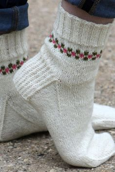 Pansy Path Knit Sock Pattern- the border adds style to these knitted socks. Pansy Path Knit Sock Pattern- the border adds style to these knitted socks. Knitting Patterns Free, Knit Patterns, Free Knitting, Baby Knitting, Free Pattern, Stitch Patterns, Knit Sock Pattern, Simple Pattern, Finger Knitting