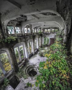 High quality images of abandoned things and places. Abandoned Buildings, Abandoned Castles, Abandoned Mansions, Old Buildings, Abandoned Places, Abandoned Property, Hydroelectric Power, Haunted Places, Old Houses