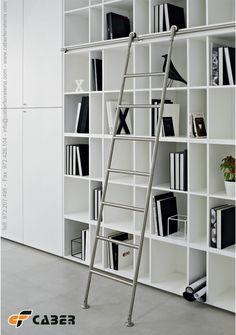 Escalera de acero inoxidable. Ideal para dar un toque de diseño a la biblioteca.