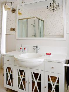 ¡¡Manos arriba quien quiera un papel para pared con lunaritos beige y transformar el baño en lo más chic del mundo mundial! Papel pintado lunares coquetos gris fondo blanco 2252-38 y a 24,95 eurazos!!!! #FelicidadPlena