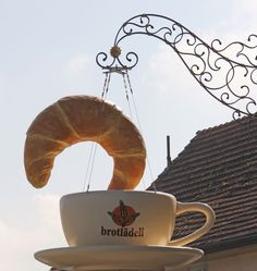 Croissant and coffee cup sign. Shop Signage, Metal Signage, Bar Kunst, Storefront Signs, Advertising Signs, Print Advertising, Advertising Campaign, Print Ads, Pub Signs