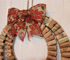 La corona de corcho vino moderno con el rústico arco de Navidad de descorchado por Kimberly es la decoración del hogar Navidad perfecta para todo amante del vino! La corona es hecha a mano usando corchos de vino 100% reciclado de varios viñedos. En el vino se muestra, rojo y