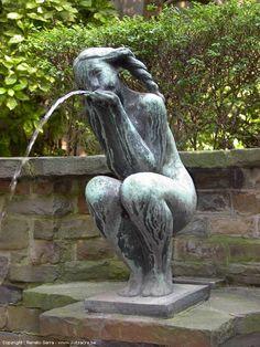 Waterspuwend Meisje - Fille crachant l'eau // Sculpture The Water Spitting Girl, by Rumanian-Belgian artist Edel Janchelevici - Brussels, Belgium