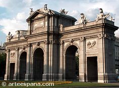 Un ejemplo de arquitectura barroca-neoclásica es la Puerta de Alcalá de Sabatini