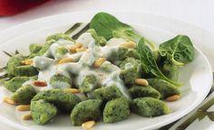 La ricetta degli gnocchi con spinaci, fonduta e guanciale