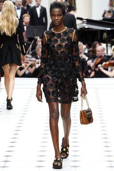 Burberry Prorsum - Spring Summer 2016 Ready-To-Wear - Shows - Vogue. Fashion Week, Runway Fashion, Spring Fashion, High Fashion, Fashion Show, Fashion Design, London Fashion, Women's Fashion, Floral Fashion