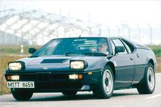 Sportwagen der 70er - der BMW M1 - nur 1,14 Meter hoch und 277 PS stark war der 1978 präsentierte BMW M1. Ein Sprintwert von sechs Sekunden auf 100 km/h klingt heute normal, war damals aber weit vorne. Nur 445 M1 wurden gebaut, der 3,5-Liter-Motor lebte im ersten M5 weiter.