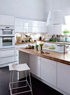 Cuisine verte et ivoire aux lignes design plan de travail for Cuisine equipee pose comprise