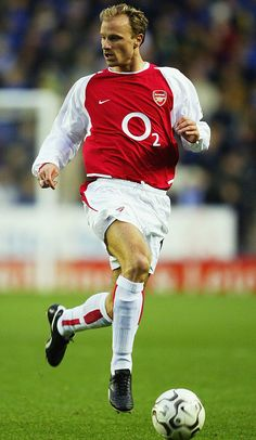 List of Beautiful Manchester United Wallpapers Beckham Dennis Bergkamp of Arsenal in Manchester United Wallpapers Beckham Dennis Bergkamp of Arsenal in Football Icon, Best Football Players, Arsenal Football, Football Photos, World Football, Soccer Players, David Beckham Manchester United, Manchester City, Arsenal Fc Players