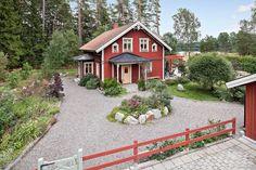 Villa till salu på Älgstigen 12 i Vallentuna - Mäklarhuset Farm Landscaping, Sweden House, Red Houses, House With Porch, Scandinavian Home, House Goals, Victorian Homes, Future House, Outdoor Living