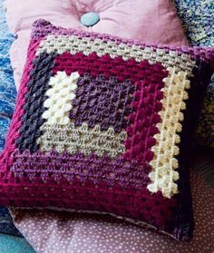 New crochet blanket granny square baby yarns ideas Crochet Cushion Cover, Crochet Pillow Pattern, Crochet Motif, Crochet Designs, Free Crochet, Crochet Patterns, Patchwork Cushion, Crochet Cushions, Crochet Afghans