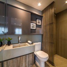 Banheiros decorados como lavabos utilizando painéis ripados de madeira para camuflar o box! - DecorSalteado