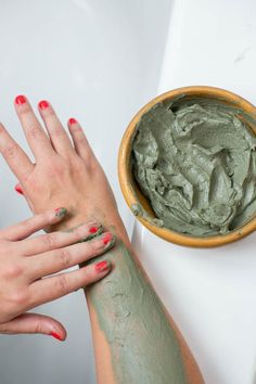 How to make a homemade body wrap gel that detoxes and slims the body as well as delivers a dose of valuable minerals and moisture. Detox Wrap, Detox Body Wraps, Detox Your Body, Homemade Body Wraps, Home Body Wraps, Slimming Body Wraps, Detox Cleanse For Weight Loss, Weight Loss Wraps, Natural Detox
