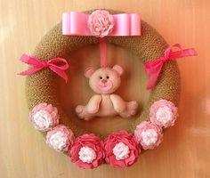 Linda Guirlanda de porta maternidade, ideal para colocar na porta ou decorar o quartinho do bebê ! A base de isopor coberto com lã e aplique de flores em feltro e um ursinho encantador!!    MEDIDAS: 35X35