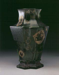 Vase, verre avec effets de marbrures, émaillé et doré, rehaussé d'inclusions, gravures à l'acide et au touret, d'une patine en grisailles et d'émaux opaques en relief Signature de l'artiste, date et lieu gravés sous la base : ÉMILE GALLÉ / FECt / NANCY / EXPOSITION 1889 Dimensions : 21 x 14