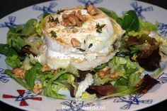 Dit gerecht smaakt zelfs nog lekkerder dan dat het klinkt... Warme geitenkaas salade met geroosterd brood, walnoten en een verrukkelijke appeldressing!