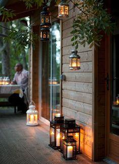 Outdoor-Ideen: Gäste im Freien empfangen When the sun goes down, softly lit lanterns take over the l Outdoor Light Fixtures, Outdoor Lighting, Outdoor Decor, Lighting Ideas, Exterior Lighting, Outdoor Ideas, Lantern Lighting, Balcony Lighting, Outdoor Candles