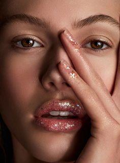 O Glitter voltou com tudo na maquiagem, sendo um ótimo complemento para a make, que além dos olhos agora também aparece nas bochechas, sobrancelhas e até na raiz dos cabelos!