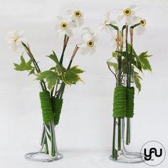 Narcise albe YaUConcept ElenaTOADER Blonde Male Models, Rustic Elegance, Plant Hanger, Flower Designs, Glass Vase, Bouquet, Plants, Floral Design, Gardens