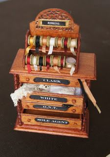 Nono mini Nostalgia: TUTORIAL working chest of drawers Miniature Quilts, Miniature Rooms, Miniature Crafts, Miniature Furniture, Dollhouse Furniture, Dollhouse Tutorials, Diy Dollhouse, Dollhouse Miniatures, Minis