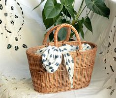 High quality simple basket tote, handwoven from natural willow, it is perfect size for summer purse for everyday. (Bow is not included)  Sample basket in the pictures is in natural color / undyed.  DIMENSIONS: top 40 x 20 cm / 15.5 x 8  bottom 31 x 15 cm / 12 x 6  height 22 cm / 9  handle 15 x 15 cm / 6 x 6    --------------------------------------  Other basket bags from our shop: https://www.etsy.com/shop/WillowSouvenir?ref=seller-platform-m...
