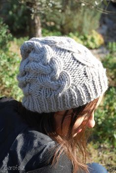 bonnet à torsades au tricot Knitting Accessories, Caps Hats, Knitted Hats, Knit Crochet, Knitting Patterns, Winter Hats, Wool, Crocheting, Hairstyles 2018