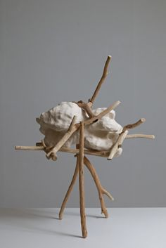 obrero: gfdgdffhfghtt: Nao Matsunaga, Dualidad, 2011, cerámica, madera, 75 x 45 x 30 cm
