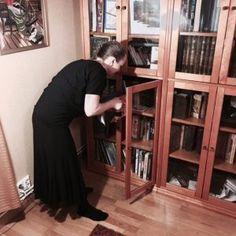 Takareiden venytys korokkeella - ohjeet   bonusvideo Bookcase, Shelves, Home Decor, Shelving, Homemade Home Decor, Shelf, Open Shelving, Decoration Home, Book Stands