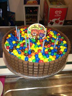 """La nostra Sweet Daniela questa volta si è veramente superata in quanto a """"dolcezza"""". Che ne dite di questa torta M&M's?   Buongiorno a tutti. ENJOY!"""