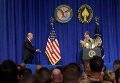 Trump: – Vi må forsvare landet vårt: Trump besøkte mandag hovedkvarteret til CENTCOM, sentralkommandoen som blant annet har ansvar for USAs militære innsats i Irak og Syria. Foto: Susan Walsh / AP / NTB scanpix