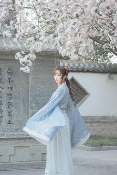 汉服私影醉是离人愁摄影:麻尤酱后期造型自… | 半次元-二次元爱好者社区 Chinese Traditional Costume, Korean Traditional Dress, Traditional Fashion, Traditional Dresses, Oriental Dress, Oriental Fashion, Chinese Picture, Beautiful Cover, Chinese Clothing