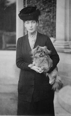 Alexandra queen of England, wife of king Edward VII c. (Photo by APIC/Getty Images) Princess Alexandra Of Denmark, Queen Victoria Prince Albert, Reine Victoria, King Edward Vii, Pekingese Dogs, British Royal Families, English Royalty, Queen Of England, Vintage Dog