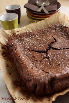 """Gâteau mescarpone et chocolat/Je n'ai pas pu résister à l'appel de cette recette facile et rapide. Ce gâteau se dégustant froid, une boule de glace vanille accompagnera parfait ce fondant. Une recette trouvée """" Dans le Best Off Spécial Pâtisserie """" de Cyril Lignac."""