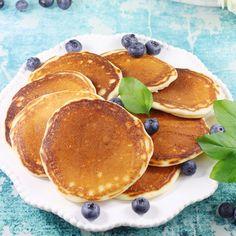 Super puszyste i bardzo smaczne placki z serkiem mascarpone i jogurtem naturalnym. To wyjątkowo prosty przepis na placuszki z mascarpone smażone na patelni bez dodatku tłuszczu. Rewelacja na boskie śniadanie. Strudel, Fritters, Doughnuts, Dory, Pancakes, Food And Drink, Favorite Recipes, Drinks, Breakfast