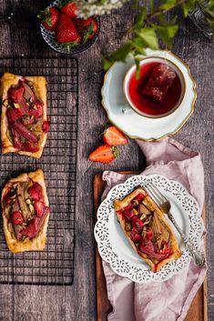 Rhubarb Recipes, Tart Recipes, Strawberry Recipes, Brunch Recipes, Sweet Recipes, Puff Pastry Dough, Puff Pastry Sheets, Puff Pastry Recipes, Rhubarb Tart